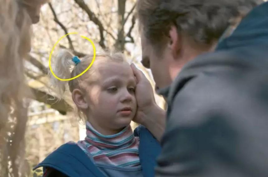 Do you notice Sara's hair band?